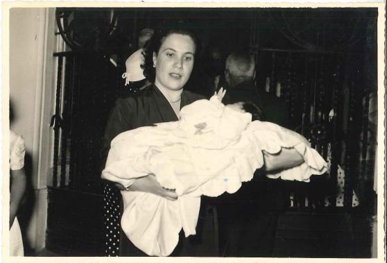 la sig.ra Stella mentre accompagna una bambina nel giorno del battesimo (Mesagne, 31.08.1958), coll. privata Famiglia Pezzolla